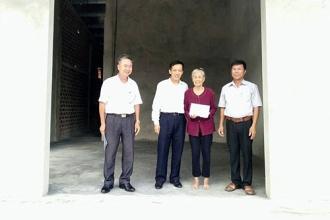 BQL VQG Phong Nha – Kẻ Bàng: Trao 20 triệu đồng hỗ trợ xây nhà cho gia đình chính sách